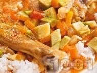 Задушено пилешко месо с авокадо и домати и гарнитура от ориз